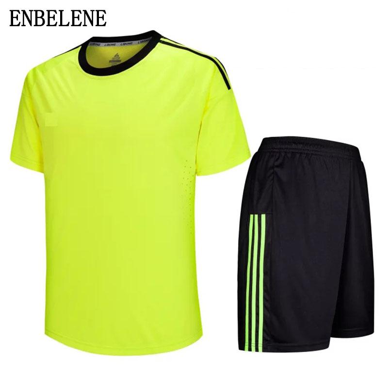 Dieses Fußballtrikot für Herren ist mit der atmungsaktiven Climalite-Technologie ausgestattet, die Ihnen bequem und trocken auf dem Spielfeld hält und Schweiß von der Haut ableitet.