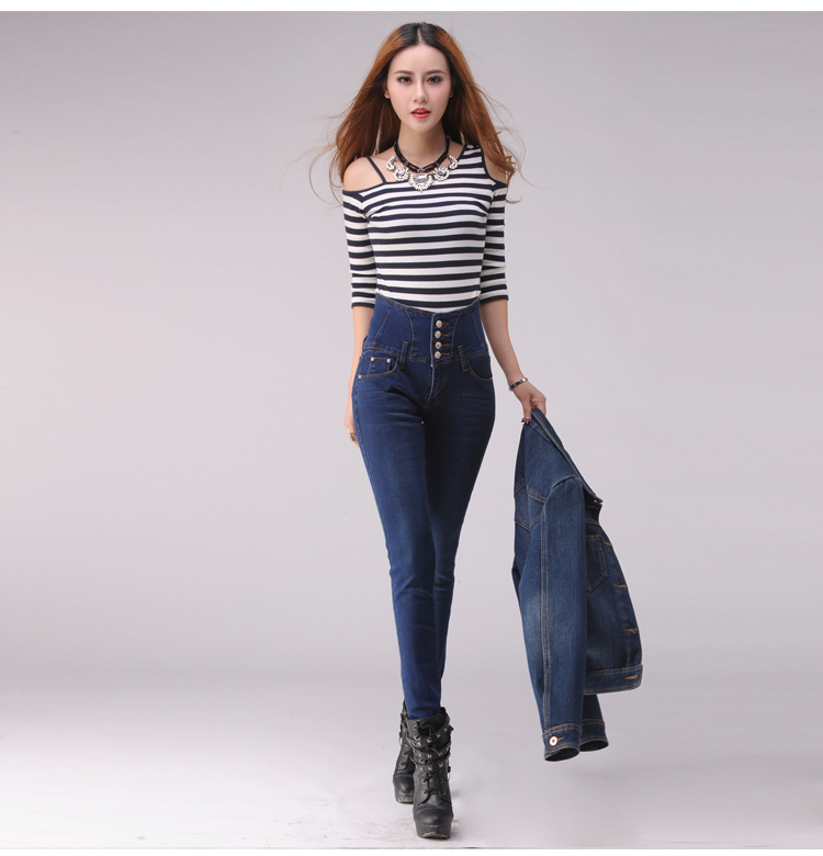 How To Wear High-Waisted Jeans. Given the hideous overtones that arise when you think of the term mom-jeans, great styling is key. Begin by buying a brand new pair of high-waisted jeans from the high street or designer boutique.
