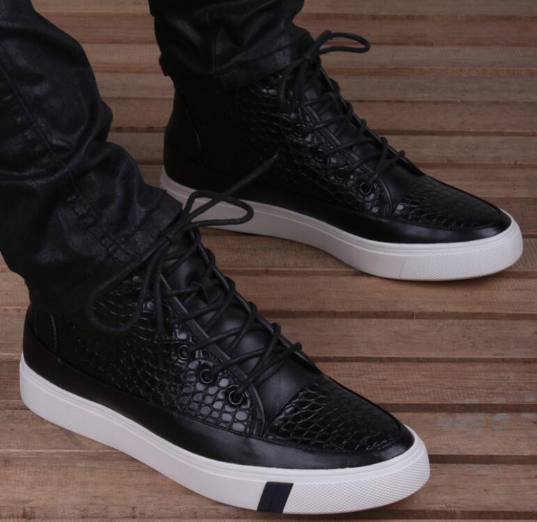 Herren Stiefel und Boots sind echte Allrounder, die immer und überall getragen werden können. Da es sich meistens um Lederboots handelt, kann es vorkommen, dass die Schuhe quietschen. Da es sich meistens um Lederboots handelt, kann es vorkommen, dass die Schuhe quietschen.