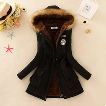 Krásný dámský kabát na zimu s kožešinou na kapuci