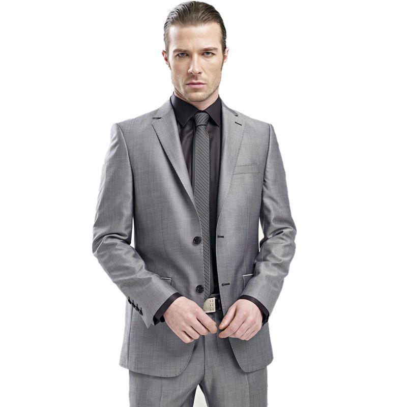 trajes de hombre en gris. Los trajes de hombre en gris son perfectos para los eventos importantes. Esta colección de Stylight te dará mucho juego, puesto que podrás realizar múltiples combinaciones. Si tu estilo es moderno, elige un traje en gris de hombre con pantalones de pierna ceñida, junto con una camisa azul claro de cuello elocuente, y serás el rey de la velada. Traje gris marengo, camisa blanca .